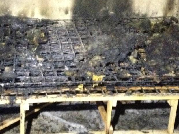 Cama em que o casal estava ficou toda queimada (Foto: Elisangela Farias/G1)