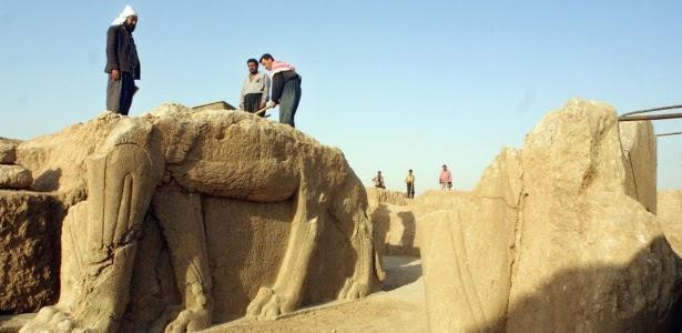 Registro de 17 de julho de 2001 mostra iraquianos trabalhando no sítio arqueológico de Nimrud, a 35 km de Mosul, no Iraque