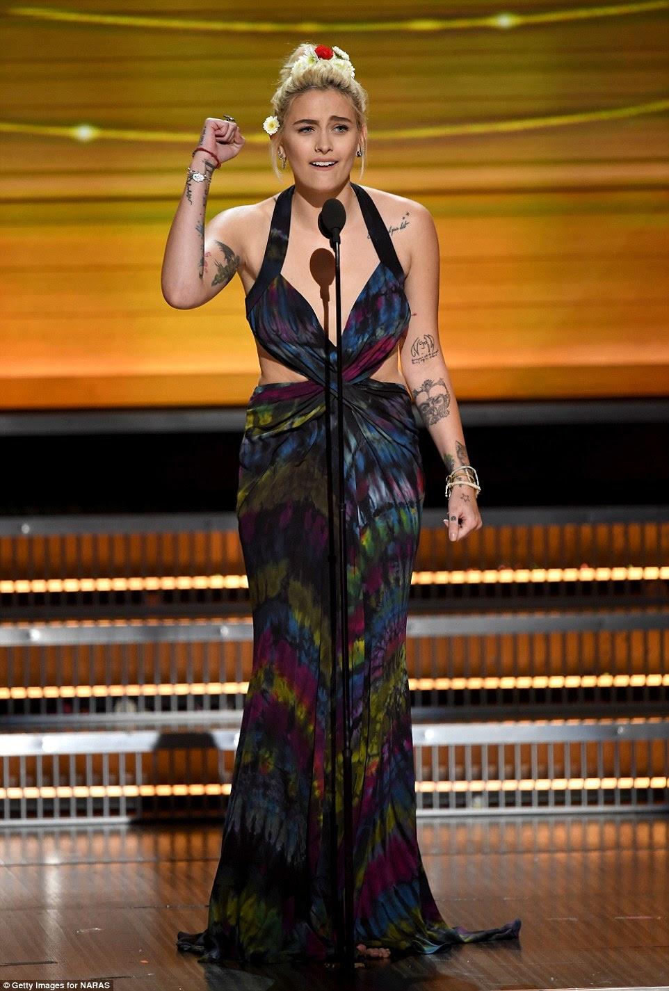 A princesa do pop: Paris Jackson balançou um número tie-dye como ela apresentou