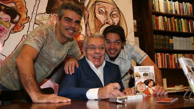 O humorista cercado pelos filhos, Nizo Neto (esquerda) e Bruno Mazzeo, no lançamento do DVD Chico Especial, em 2007 (Foto: TV Globo)