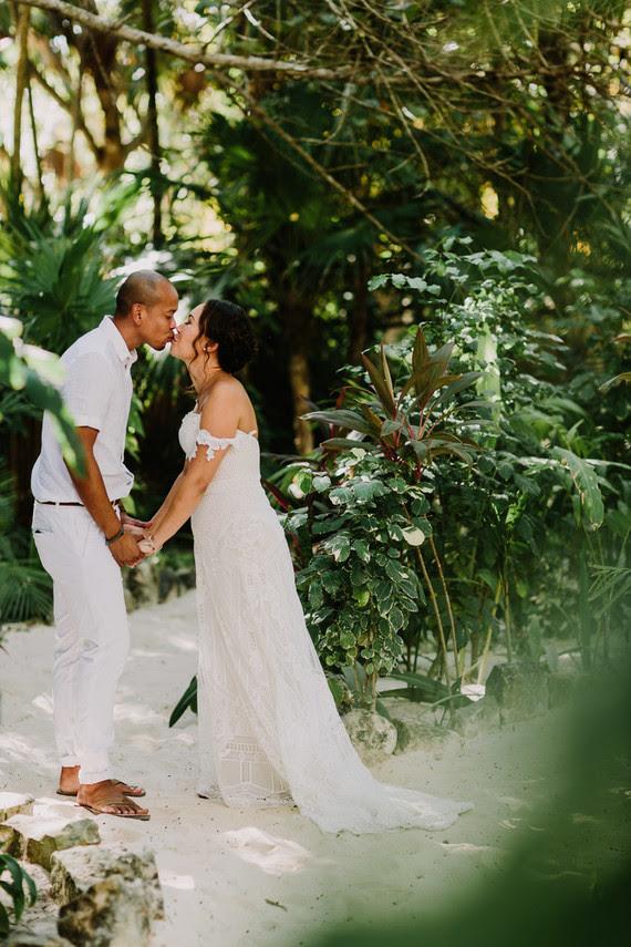 Die Braut trug ein boho Spitze off-die-Schulter brautkleid mit open back, und der Bräutigam wurde rocking weiße Hose und ein T-shirt