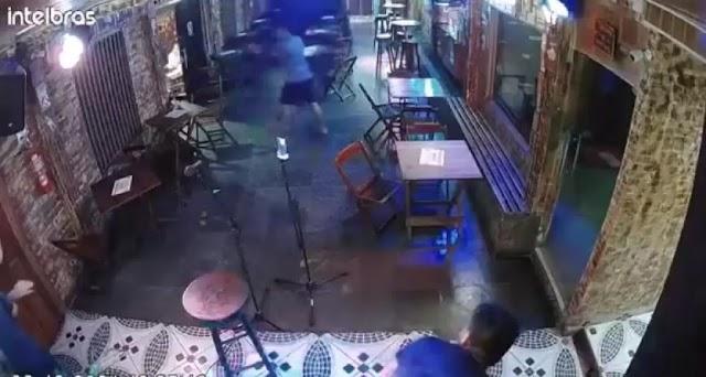 Após achar que foi roubado, bombeiro dá oito tiros dentro de bar; veja o vídeo