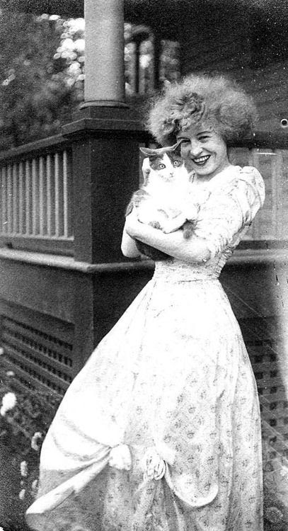 """1908 - Nell Brinkley, American illustrator and comic artist, who was sometimes referred to as the """"Queen of Comics"""". S)"""