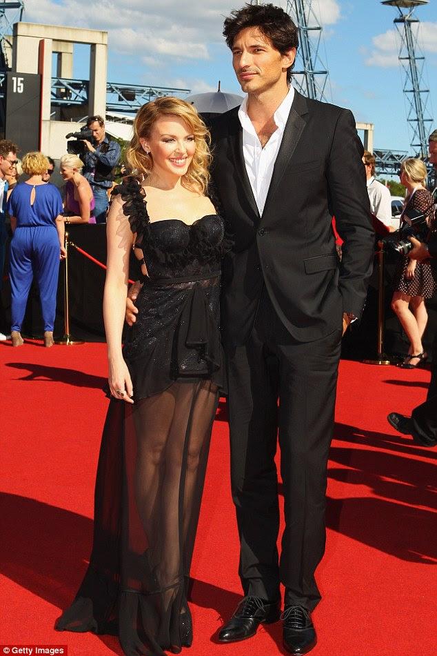 Nunca demasiado velho para um mini vestido: Kylie Minogue deslumbrados no tapete vermelho no ARIA Awards em Sydney hoje