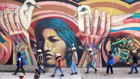 Indígenas en la marcha de las flores, en Bogotá, para pedir el fin del conflicto armado en el país. REUTERS