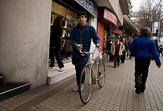 En aceras, el ciclista no puede circular