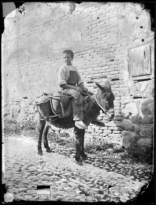 Niño aguador en Toledo a finales del siglo XIX. Fotografía de Casiano Alguacil. Ayuntamiento de Toledo