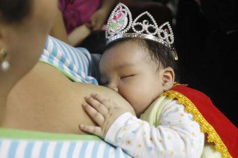 Una madre amamanta a su pequeña en Perú. | Reuters