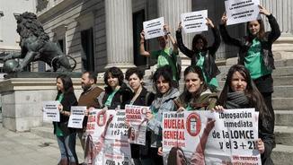 Membres del Sindicat d'Estudiants s'han manifestat aquest dimarts davant del Congrés dels Diputats (EFE)