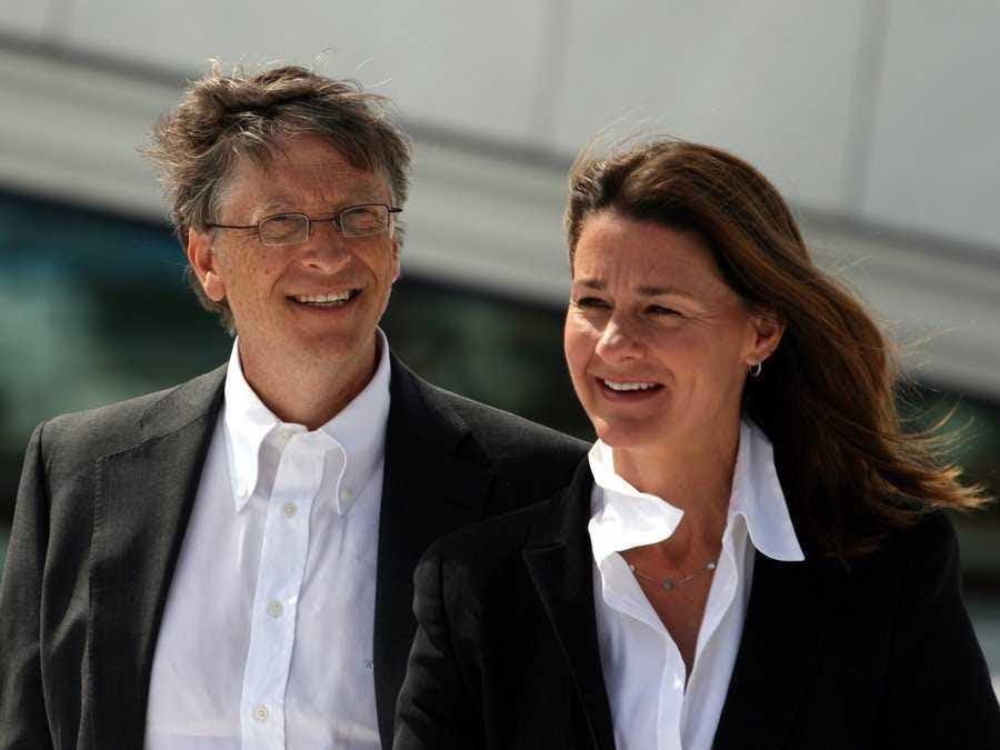 Cửa bước xuống từ vị trí của mình như là Giám đốc điều hành của Microsoft vào năm 2000, tham gia vào một vai trò hạn chế hơn là chủ tịch. Ngày nay, ông phục vụ như là cố vấn công nghệ cho các Giám đốc điều hành hiện tại Satya Nadella. Khi không làm việc trên một cái gì đó với Microsoft, Gates và vợ Melinda đi du lịch để làm công việc từ thiện thông qua nền tảng của họ.