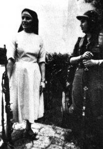 """Freira """"católica"""" com um fuzil, ao lado de uma guerrilheira sandinista"""