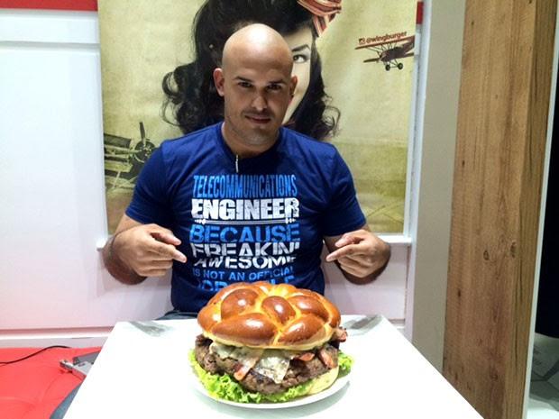 Ruan César de Medeiros foi o primeiro a tentar comer o Jumbo Wing (Foto: Felipe Gibson/G1)