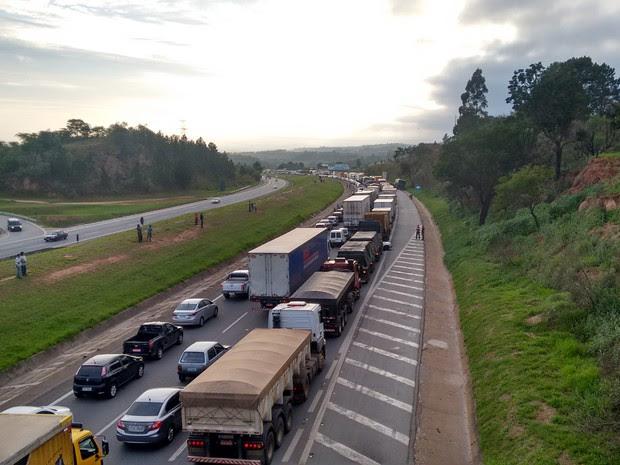 O congestionamento atingiu a rodovia Celso Charuri (Foto: Eudcarlos Gomes de Oliveira/TEM Você)