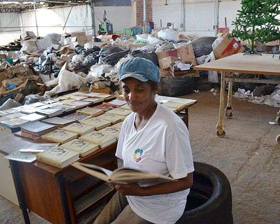 A catadora de recicláveis Cleuza Branco de Oliveira, 47, lê obra na cooperativa de Mirassol