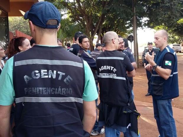 Agentes se reúnem em frente à Penitenciária Estadual de Maringá (PEM) (Foto: Bruno Favaro/RPC)