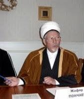 Имам мечети Петербурга Джафар Пончаев выгоняет мусульман с помощью ОМОНа