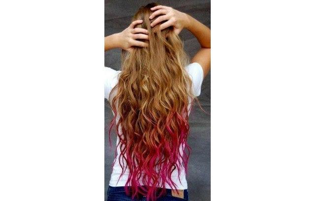 Este cabelo bem longo e cacheado fica bem com as pontas cor-de-rosa