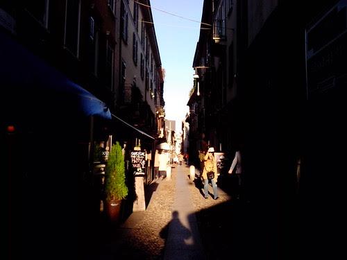 Contrasto di luce in via Fiori Chiari by Ylbert Durishti