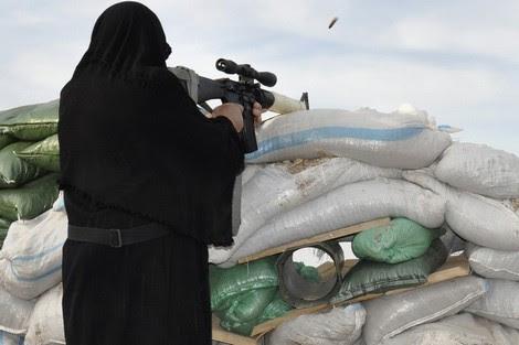 """شريط مُسرب يُظْهِر نساء """"داعش"""" بين النقاب والكلاشنيكوف"""