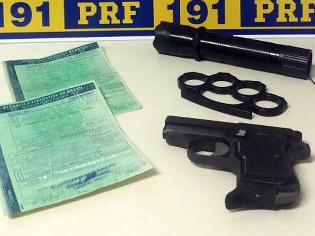 Segundo PRF, além de carregar pistola, soco inglês e arma de choque elétrico, motorista preso em Poços de Caldas (MG) nesta sexta-feira (30) é suspeito de usar CLV falsificado (Foto: Polícia Rodoviária Federal)