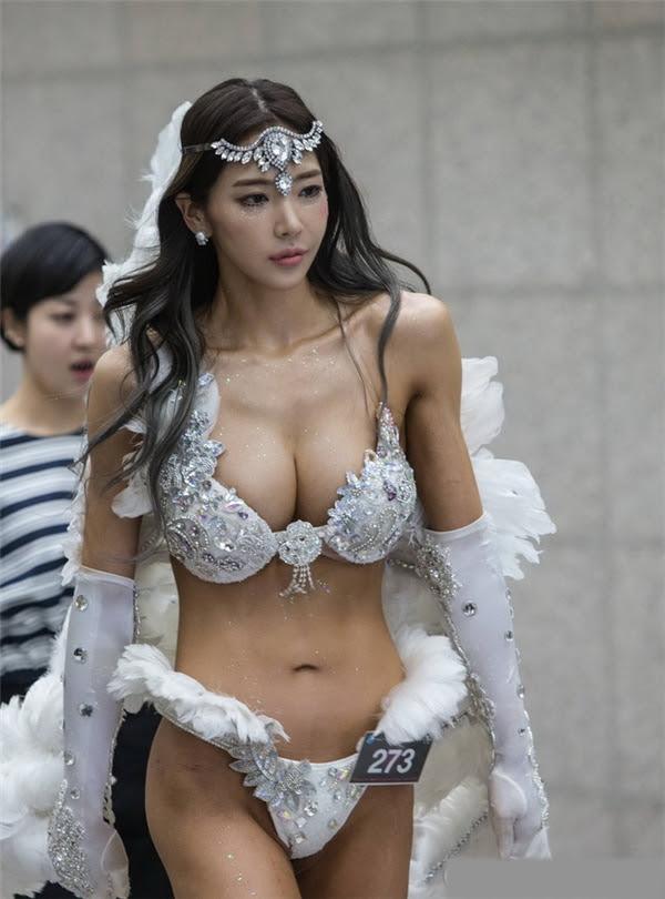 Sốc với trang phục cánh thiên thần của vận động viên thể hình Hàn Quốc