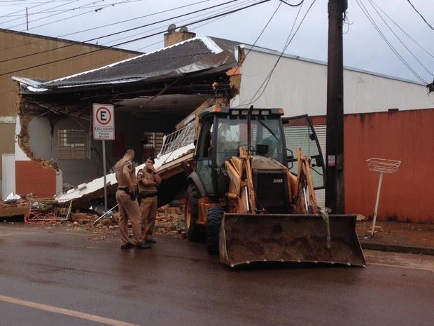 Retroescavadeira foi deixada em frente a um dos bancos após ação dos ladrões (Foto: Tiago Pereira/RPC)