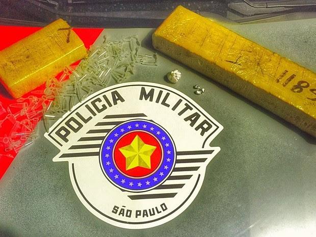 PM apreendeu tablete de maconha, 78 porções de cocaína e 14 de crack (Foto: Divulgação/Polícia Militar)