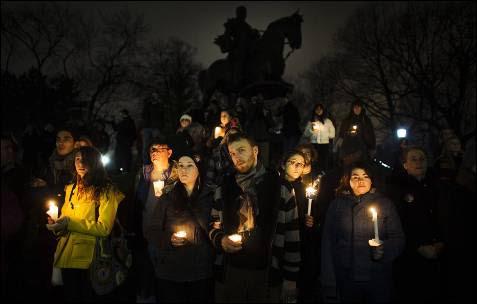 Varias personas toman parte en el movimiento 'Idle No More' (se acabó la inacción) en favor de los pueblos indígenas, durante una manifestación con velas en Toronto.