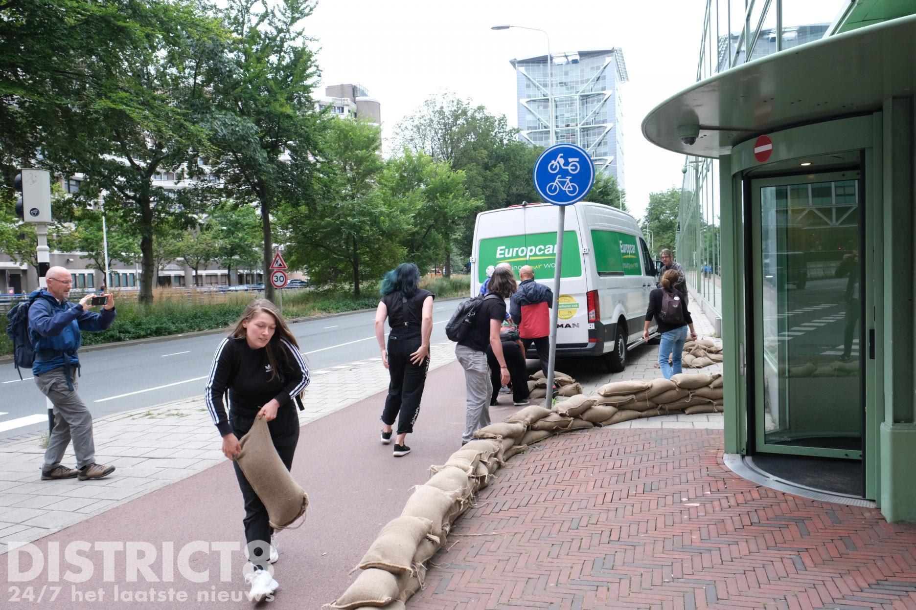 Politie beëindigt demonstratie Extinction Rebellion Theresiastraat Den Haag