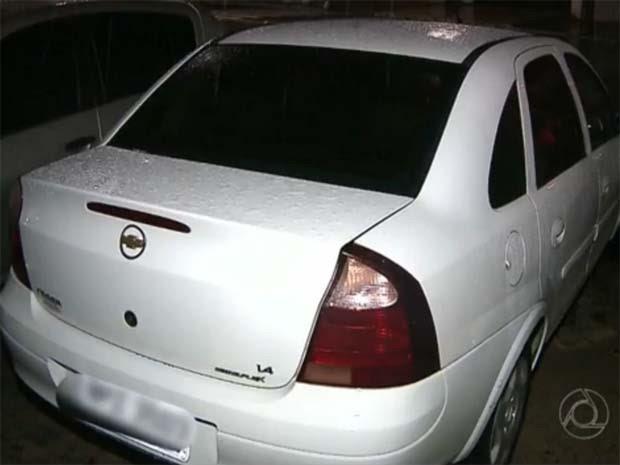 Jovem estava preso na mala do carro quando entrou em contato com os amigos, em João Pessoa (Foto: Reprodução / TV Cabo Branco)