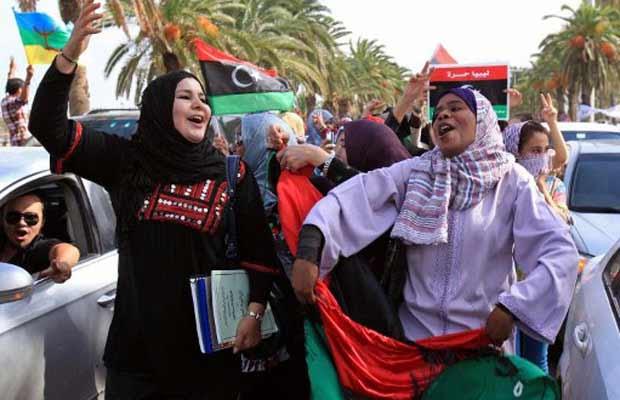 Líbios celebram a notícia da captura e da morte de Muammar Kadhafi, nesta quinta-feira (20), em rua da capital, Trípoli (Foto: AFP)