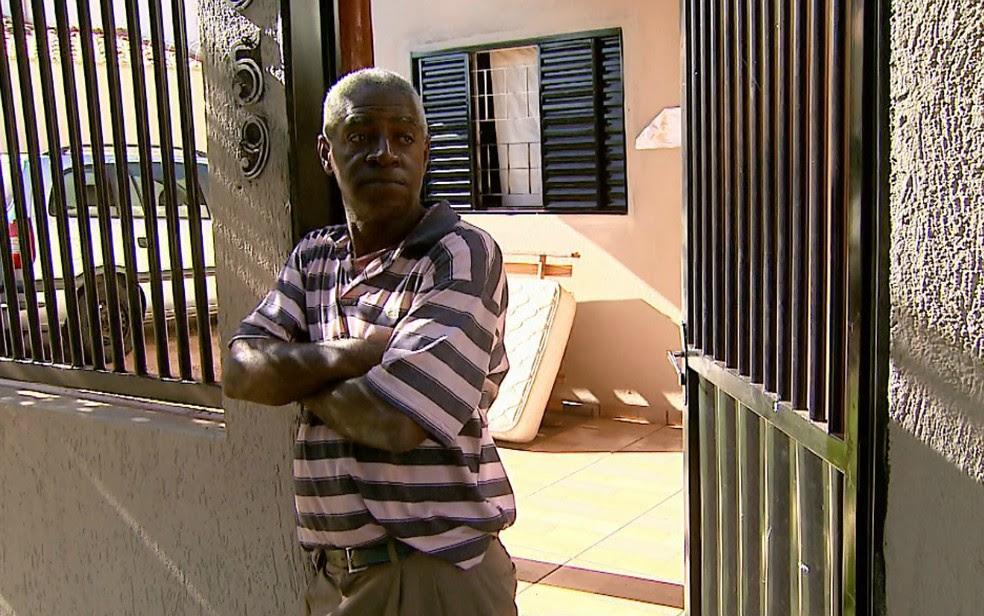 O pai da mulher suspeita de obrigar jovem a circular pelas ruas de Barretos (SP) nua e com a sobrancelha raspada (Foto: Fábio Junior/EPTV)