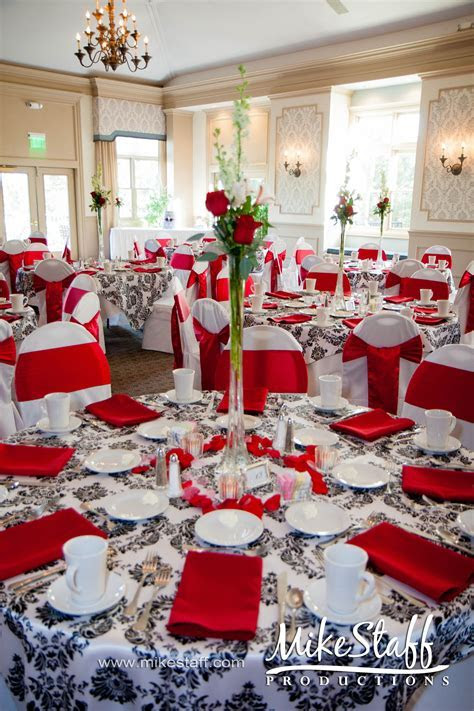 my table is similar to this, i would do a red table cloth