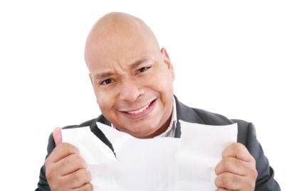 uomo arrabbiato strappa un foglio di carta