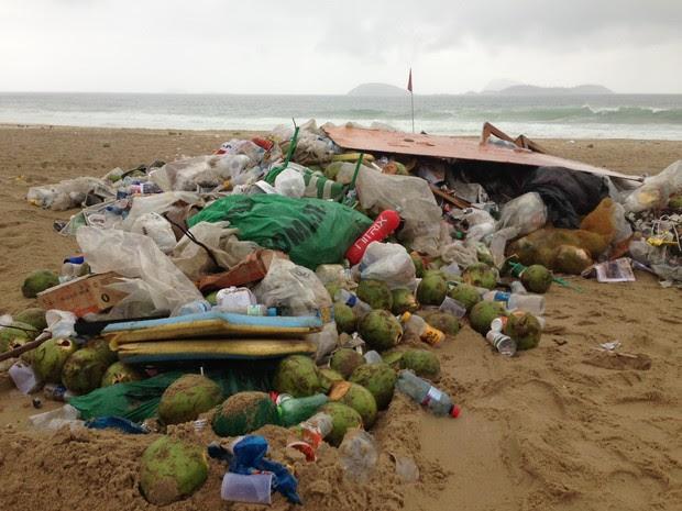 Parte da montanha de lixo acumulada na praia de Ipanema na manhã desta segunda-feira (Foto: Mariucha Machado / G1)