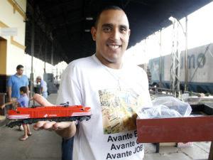 Everton Luis exibe uma das locomotivas da sua coleção (Foto: Fabio Rodrigues/G1)