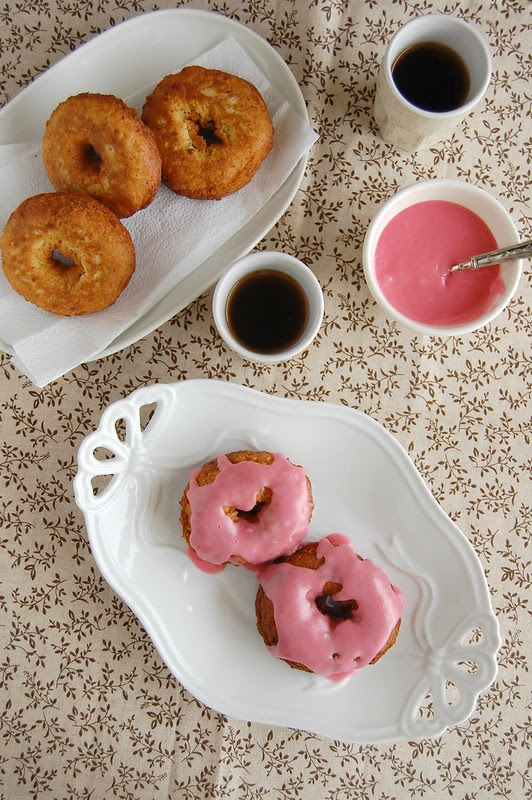Pistachio doughnuts with rosewater icing / Doughnuts de pistache com glacê de água de rosas