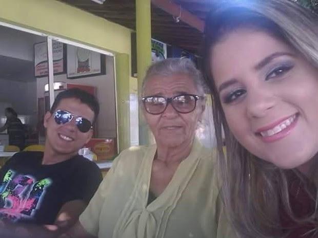 Thalyta e Ivonaldo junior aproveitando a companhia da vovó,  Maria (Foto: Thalyta Faustino/Arquivo pessoal)