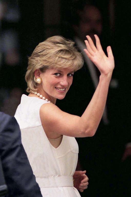 CHICAGO, UNITED STATES - JUNE 06:  (NOT FOR USE ON MAGAZINE COVER IN THE USA BEFORE 15 JUNE 2007) On The Last Day Of Her Visit To Chicago Princess Diana Waves To Enthusiastic Crowd.  (Photo by Tim Graham/Getty Images)
