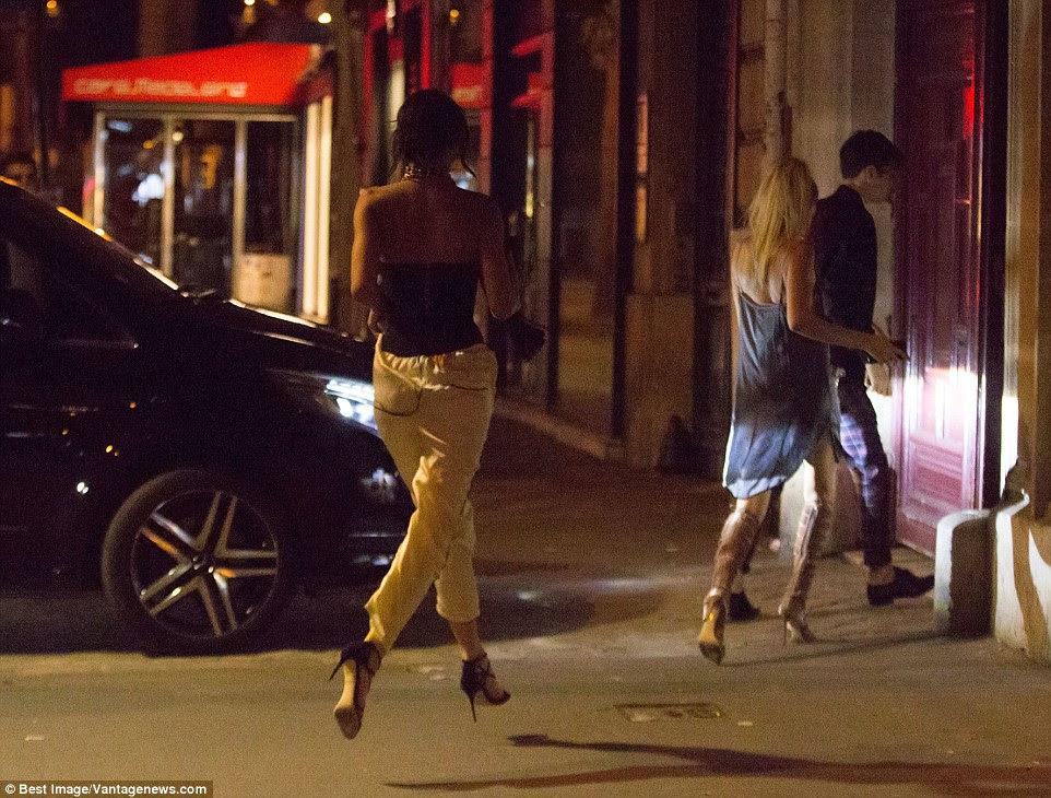 Kendall Jenner é retratado correndo para estar ao lado de Kim Kardashian depois de ouvir sobre o ataque armado no apartamento