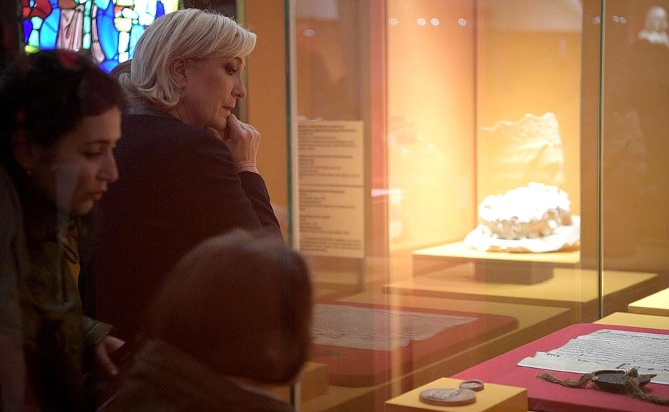 Марин Ле Пен, находящаяся вРоссии поприглашению российских парламентариев, посетила вПатриаршем дворце выставку, посвящённую Людовику Святому иреликвиям Сен-Шапель.