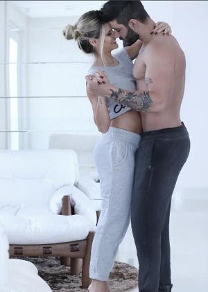 De pijama, Andressa Suita abraça Gusttavo Lima e mostra a barriguinha de início de gestação