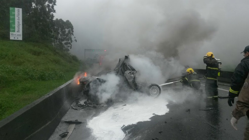 Carro pegou fogo em colisão traseira na BR-101 (Foto: PRF/Divulgação)
