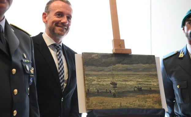 Axel Ruger, director del Museo Van Gogh de Amsterdam, con el óleo La playa de Scheveningen al desatarse la tormenta.