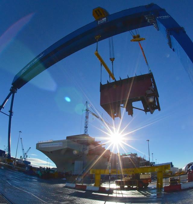 """Los trabajadores de la Aircraft Carrier Alianza celebra la creación de la mayor portaaviones nunca del Reino Unido como la última pieza de la estructura principal del casco fue bajado a cabo ayer (10 de noviembre). Bajo la atenta mirada de los trabajadores de los astilleros de la grúa Goliath maniobró con cuidado la parte más frontal de la rampa de aviones o """"ski-jump"""" de HMS Queen Elizabeth en su lugar."""