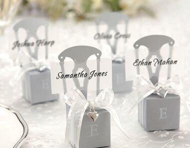 Sillas en la mesa de la boda