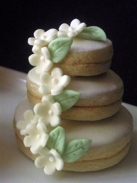 Best 25  Sugar paste flowers ideas on Pinterest   Fondant