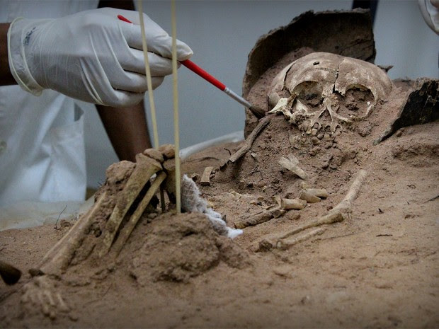 Criança de menos de um ano quando foi enterrada foi a primeiro ossada a ser achada no Piauí (Foto: Pedro Santiago/G1)