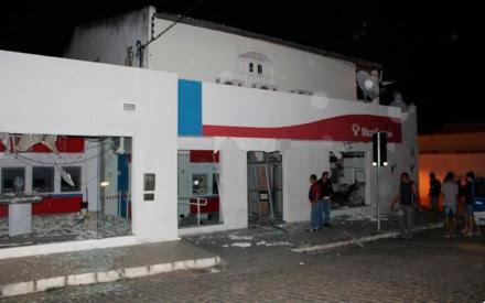 Agência bancária foi explodida em Monte Santo, na Bahia (Foto: Monte Santo Net)