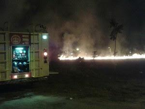 Conforme os militares, as chamas se chegaram perto de duas casas e de uma igreja evangélica (Foto: Corpo de Bombeiros/Divulgação)